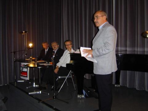 Poesielesung mit Piotr Roguski Stanislaw Kubalok sagt den poeten an